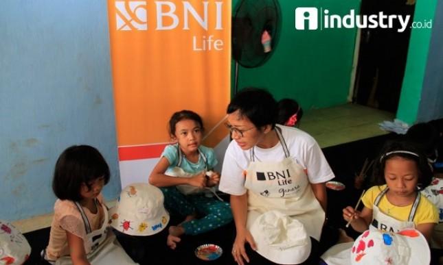 Head Of Corporate Communication BNI Life Lia Susetio berinteraksi dengan anak-anak peserta pelatihan kerajinan tangan saat peringatan Hari Anak Nasional 2017 (Minggu (23/7) (Foto Rizki Meirino)