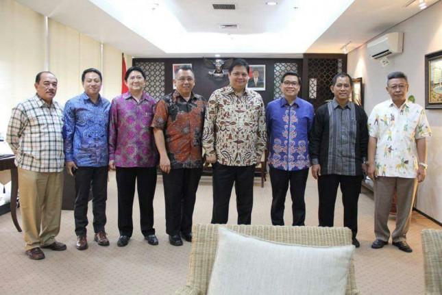 Menteri Perindustrian, Airlangga Hartarto bersama Ketua Himpunan Kawasan Industri (HKI), Sanny Iskandar beserta para Dewan Pengurus HKI