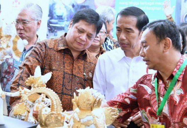 Presiden Jokowi bersama Menperin tinjau hasil Industri Kerajinan nasional