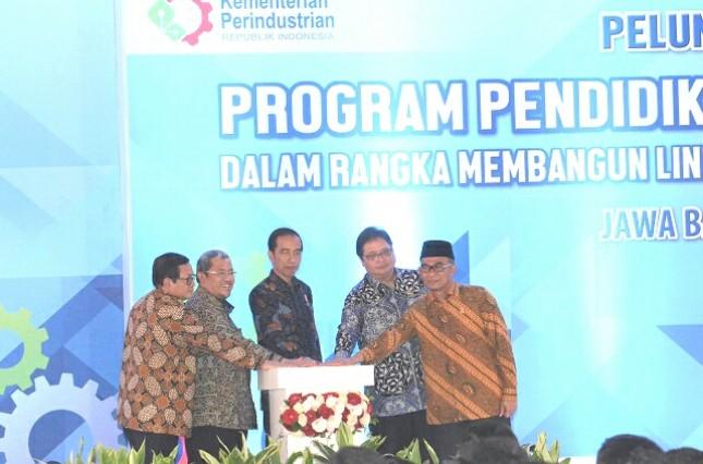 Presiden Jokowi bersama Menperin Airlangga Hartarto dan Gubernur Jabar Aher di acara Vokasi Industri Astra (kemenperin)