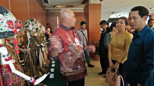 Direktur Utama PT Pupuk Kujang Nugraha Budi Eka Irianto menerangkan filosofi wayang golek pada Menlu Laos Saleumxay Kommasith. (Dadang Aripuddin/Dinamika Jabar)
