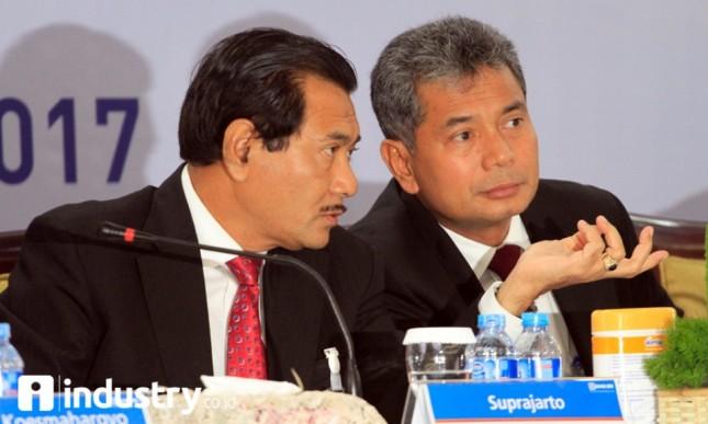 Dirut BRI Suprajarto (kiri) didampingi Wadirut Sunarso (kanan) berbincang saat memaparkan kinerja Bank BRI semester I 2017 di Jakarta, Kamis (3/8). (Foto Rizki Meirino)