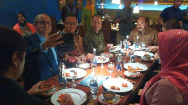 Gubernur DKI Jakarta Teripilih Anies Baswedan menicicipi hidangan Timur Tengah dan India di Fez-Kinara bersama para duta besar. (Irvan AF/INDUSTRY)