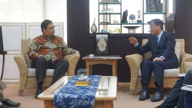 Menteri Perindustrian, Airlangga Hartarto saat menemui CEO Mitsubishi Motor, Osamu Masuko di Kantor Kemenperin, Jakarta