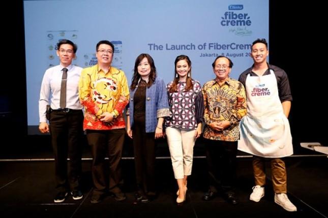 Para narasumber dalam peluncuran FiberCreme, MC Nadia Mulya, Direktur PT Lautan Natural Krimerindo Hendrik Gunawan, Ersamayori, dr. Hardianto Setiawan Ong, SpPD-KGEH, FINASIM, dan Chef Yuda Bustara (Foto ist)