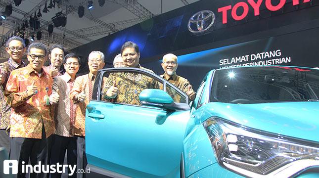Menteri Perindustrian Airlangga Hartarto (kedua kanan) didampingi Dirjen Industri Logam, Mesin, Alat Transportasi, dan Elektronika (ILMATE) I Gusti Putu Suryawirawan (kiri) pada pembukaan Gaikindo Indonesia International Auto Show (GIIAS) 2017