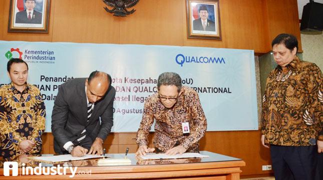 Menteri Perindustrian Airlangga Hartarto (kanan) bersama Country Director Qualcomm Indonesia, Shannedy Ong (kiri) menyaksikan Dirjen Industri Logam, Mesin, Alat Transportasi, dan Elektronika (ILMATE) I Gusti Putu Suryawirawan (kedua kanan) bersama Se