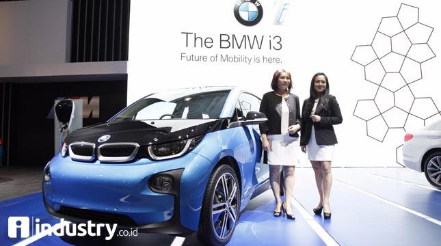 Karen Lim, President Director BMW Group Indonesia dan Jodie Otania, Vice President Corporate Communication BMW Group Indonesia berfoto bersama BMW i3.