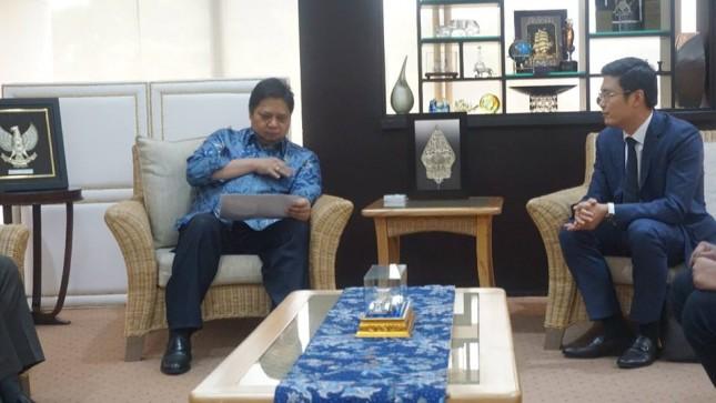 Menteri Perindustrian, Airlangga Hartarto saat menerima kunjungan Presiden CFLD, Mr Max di Kantor Kemenperin, Jakarta