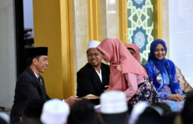 Presiden Jokowi Dapat Puisi dari Santri Ponpes Nurul Islam Jember (Foto Setkab)