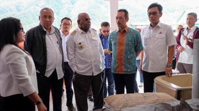 Direktur Pemasaran dan Supply Chain Semen Indonesia Ahyanizzaman meninjau kesiapan toko pengecer semen di Kabupaten Puncak Jaya dan Wamena.