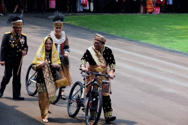 OSO Ketua DPD mendapat sepeda dalam peringatan kemerdekaan 72 tahun RI di Istana Merdeka, Kamis (17/8). (Foto: Humas/Oji).