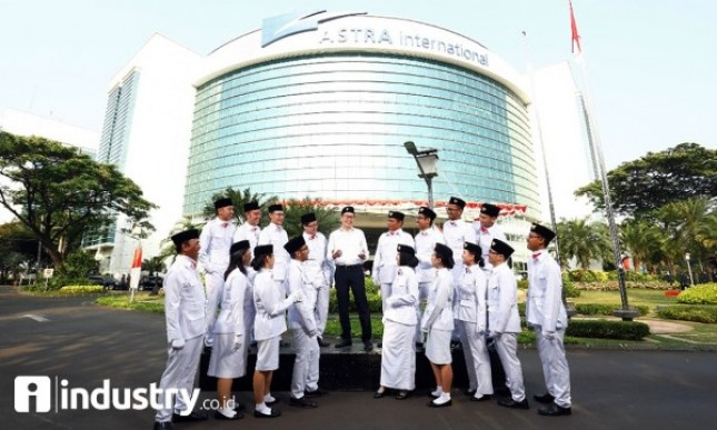 Presiden Direktur PT Astra International Tbk Prijono Sugiarto (tengah atas) selaku pembina upacara HUT Kemerdekaan ke-72 (Foto Rizki Meirino)