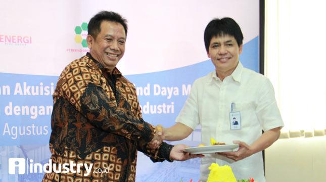 Direktur Utama PT Pupuk Indonesia Energi (PI-Energi) Tentaminarto Tri Februartono berjabat tangan dengan Direktur Utama PT Pupuk Indonesia Aas Asikin Idat dalam acara syukuran Hari Ulang Tahun ke-3 PI-Energi di kantor pusat PI-Energi, Jakarta