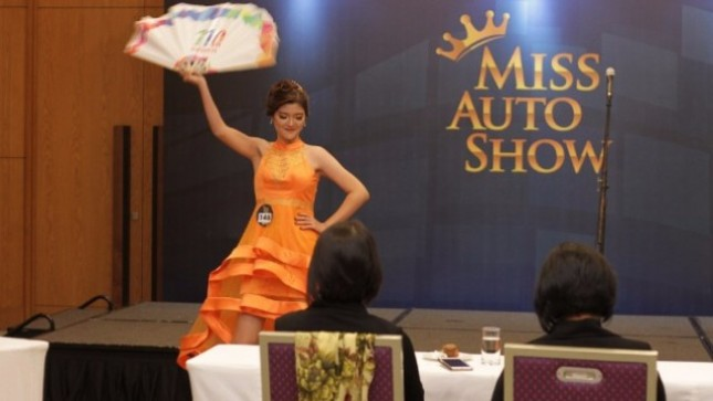 Unjuk bakat oleh peserta Miss Auto Show 2017