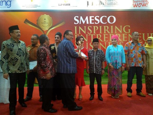 Menteri Koperasi dan UKM Puspayoga memberikan penghargaan SMESCO Inspiring Entrepreneur Business Award 2016 (Fadli, Industry.co.id)