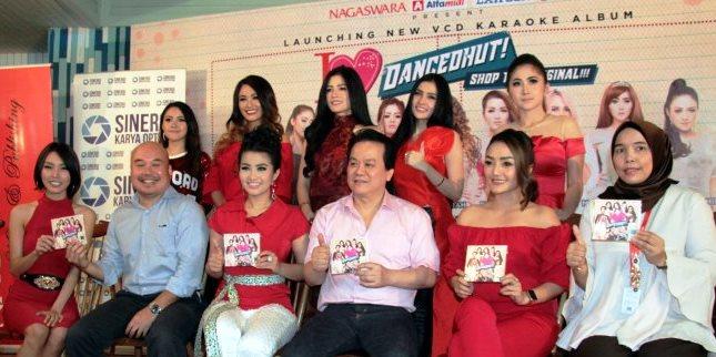Artis Artis Nagaswara dan Produsernya saat peluncuran Album Karaoke Dancedhut
