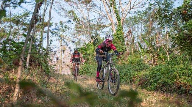 Trek bersepeda cross country pada Rhino X Triathlon, di Tanjung Lesung, 23-24 September 2017. (Foto: IST)