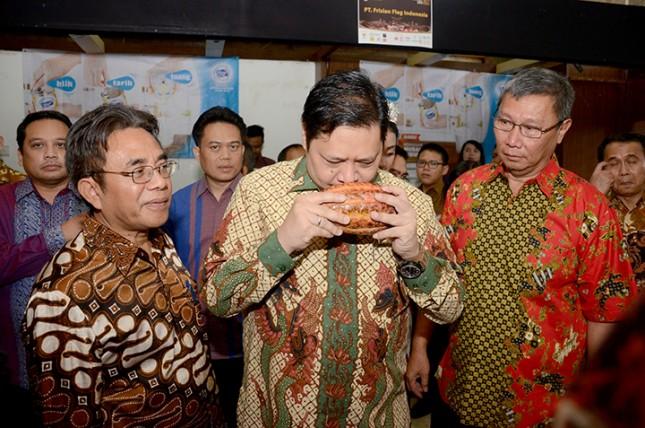 Menteri Perindustrian, Airlangga Hartarto didampingi Dirjen Industri Agro Kemenperin, Panggah Susanto saat acara peringatan Hari Kakao Indonesia ke-6 (Foto; Humas)