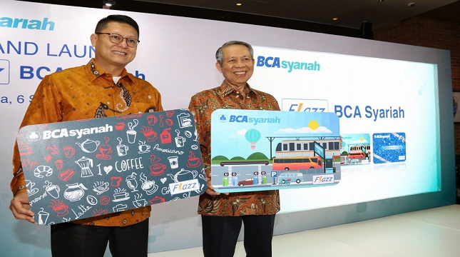 Presiden Direktur BCA Syariah John Kosasih sebelah kiri, Direktur BCA Suwignyo Budiman sebelah kanan (Foto:Anto/INDUSTRY.co.id)
