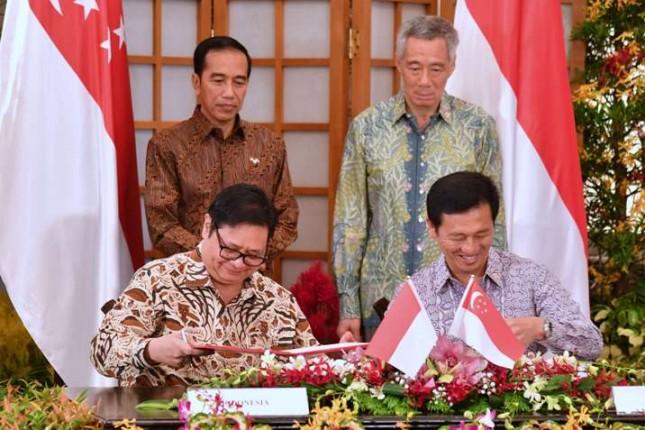 Presiden RI Joko Widodo dan PM Singapura Lee Hsien Loong menyaksikan penandatanganan MoU Pengembangan Pendidikan dan Pelatihan Vokasi Industri oleh Menteri Perindustrian Airlangga Hartarto dan Menteri Pendidikan Singapura Ong Ye Kung