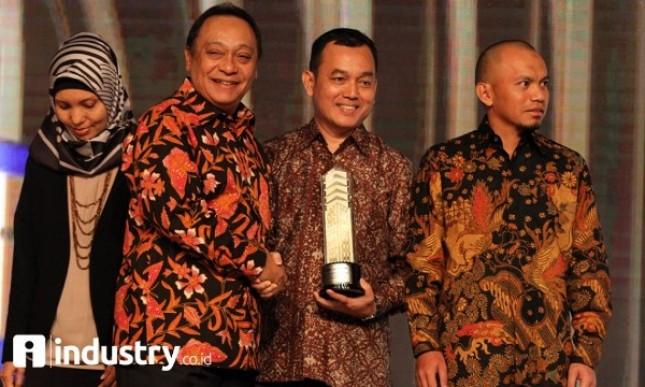 Dirut Bank BTN Maryono memberikan penghargaan kepada Dirut PT PP Properti Tbk Taufik Hidayat saat acara BTN Golden Property Awards (Rizki Meirino)