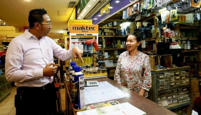 Hendry Trie Asmono, selaku Manajer Periklanan dan Promosi LTC Glodok berbincang-bincang dengan pramuniaga toko