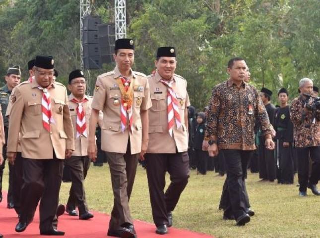 Presiden Jokowi yang mengenakan seragam pramuka disambut Ketum dan Sekjen PBNU, saat tiba di lokasi pembukaan PERWIMANAS II, di Magelang Senin (18/9) (Foto: Setkab)