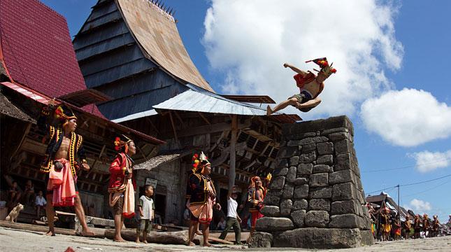 Hombo Batu atau Lompat Batu di Nias, Sumatera Utara (Foto: travelingyuk)