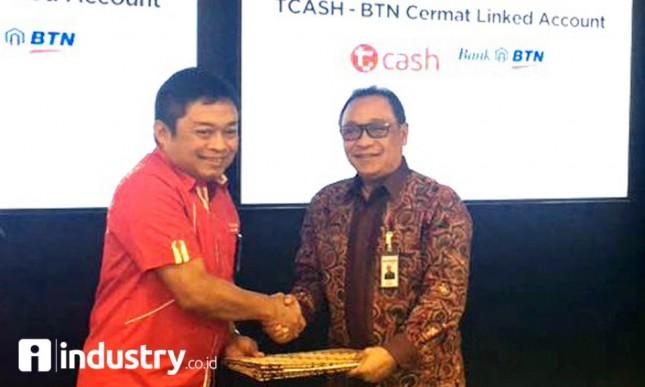 Dirut BTN Tbk. Maryono bersama Direktur Utama Telkomsel Ririek Ardiansyah usai penandatanganan Perjanjian Kerja Sama (PKS) antara BTN dan Telkomsel, Senin (25/9/2017). Foto Rizki Meirino)
