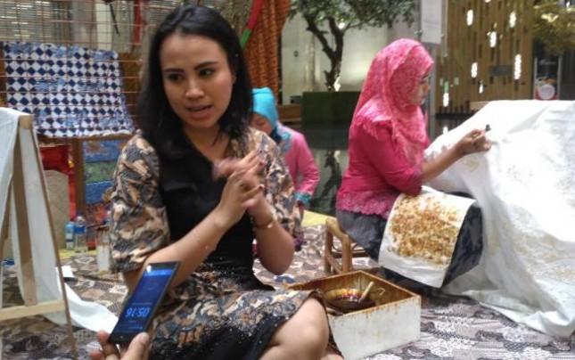 Grand Mercure Jakarta Kemayoran Semarakkan Hari Batik Nasional dengan mencanting batik bagi tamu hotel (Foto; INDUSTRY.co.id)