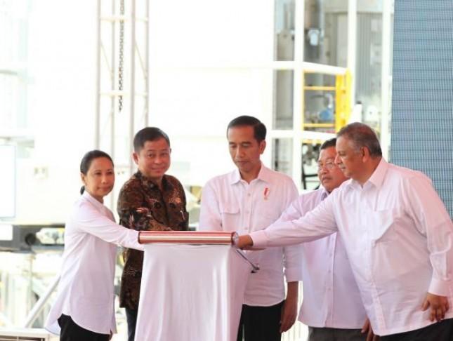 Presiden Joko Widodo bersama Menteri ESDM, Ignasius Jonan dan Menteri BUMN, Rini Soemarno beserta Dirut PLN, Sofyan Basir saat meresmikan proyek infrastruktu ketenagalistrikan