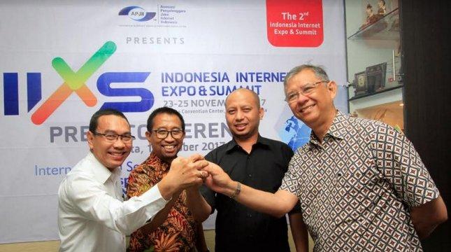 Vice Chairman HITA Lingga Darmawan, Chairman HITA Albertus GP, Ketua Umum APJII Jamalul Izza, dan Chairman Jakarta Hotel Association Alex Nayoan memberikan keterangan penyelenggaraan Indonesia Internet Expo & Summit (IIXS). (INDUSTRY/Rino)