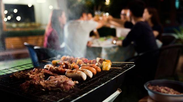Menyantap Hidangan Saus Barbeque di Innfinity Pool&Bar; di Holiday Inn Jakarta Kemayoran