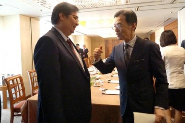 Menteri Perindustrian Airlangga Hartarto berbincang dengan Senior Executive Vice President Mitsubishi Corporation/Regional CEO Asia & Oceania Mr. Eiichi Tanabe sebelum melakukan pertemuan dengan Mitsubishi Corporation di Tokyo. (Humas)
