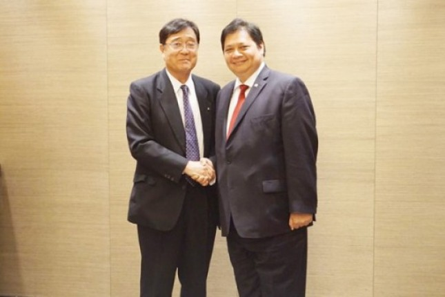 Menperin Airlangga Hartarto berjabat tangan dengan CEO Mitsubishi Motors Mr. Osamu Masuko sebelum melakukan pertemuan di Tokyo. (Foto Humas)