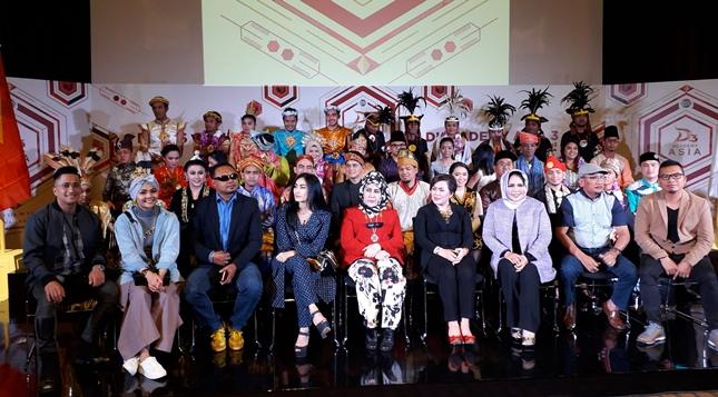 Para Peserta D Academy Asia 3, bersama Dewan Juri, Komentator, Pelatih dan Pembawa Acara (Foto : Amazon)