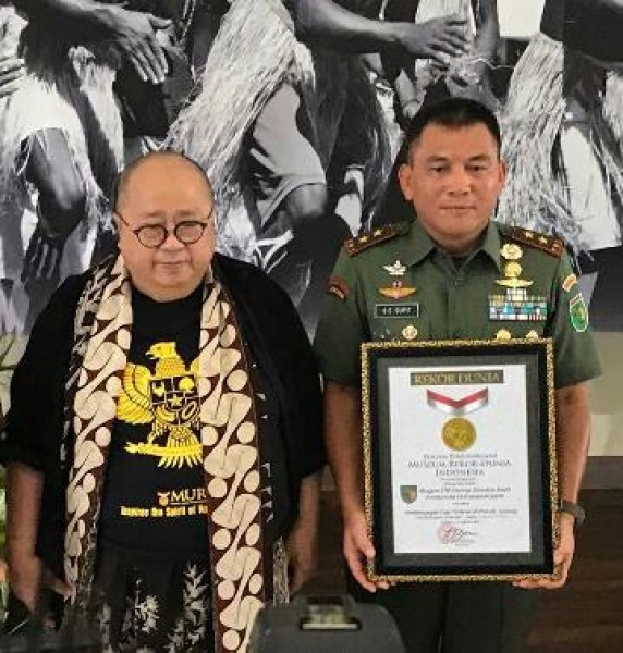 Pangdam XVII/Cenderawasih, Mayjen TNI George Elnadus Supit dan pendiri MURI, Jaya Suprana.(Foto Ist))