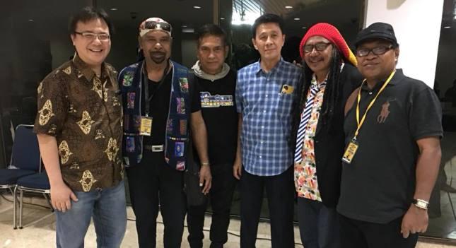 Judhi Kristianto (Baju Kotak-kotak) bersama Musisi Papua sebelum Konser Tribute To Rio Grime di GBB, TIM, Jakarta