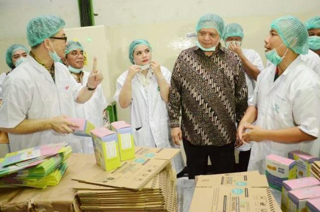 Menteri Perindustrian, Airlangga Hartarto saat mengunjungi pabrik PT Tiga Pilar Sejahtera