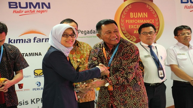 Ketua Dewan Pembina Kementerian BUMN Wahyu Hidayat kanan dan Kepala Divisi Perencanaan dan Pengembangan Jamkrindo Alia Nur Fitri