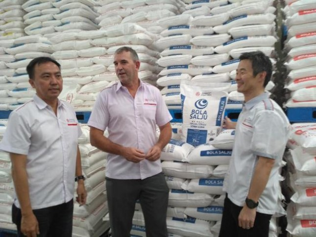 Jajaran Direksi PT Bungasari Flour Mills, Kiri-Kanan: Sales &Marketing; Director, Budianto Wijaya, Tengah Presdir, Grant Lutz dan Yeoh Theam Seng, Vice President Director Foto: Dok INDUSTRY.co.id