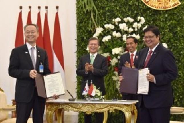 Presiden Jokowi-Presiden Moon menyaksikan penandatanganan MoU di Istana Kepresidenan Bogor, Kamis (9/1. (Foto: Humas/Oji)