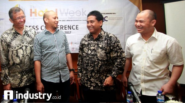 Chairman Jakarta Hotel Association Alexander Nayoan (kiri), Ketua Umum Asosiasi Penyelenggara Jasa Internet Indonesia (APJII) Jamalul Izza (kedua kiri), Ketua Umum Persatuan Hotel dan Restoran Indonesia (PHRI) Hariyadi B. Sukamdani (kedua kanan) .