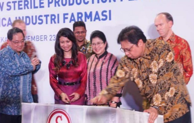 Indrawati Taurus, Direktur Utama ETHICA Industri Farmasi; Nila Moeloek, Mnekes Gerrit Steen, Fresenius Kabi Board Member & President Region Asia; dan Menperin Erlangga Hartarto, (FOTO: Abraham Sihombing)