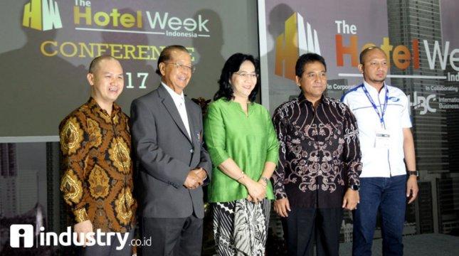Dirjen IKM Kemenperin Gati Wibawaningsih (tengah). ketum PHRI Haryadi Sukamdani dan Ketua Umum APJII Jamalul Izza saat membuka events The Hotel Week Indonesia . (Rino/INDUSTRY)