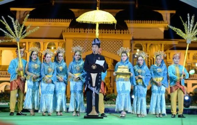 Presiden Jokowi saat saat menghadiri Peresmian Pembukaan Festival Keraton Nusantara XI di Istana Maimun, Kota Medan (26/11). (Foto: BPMI).