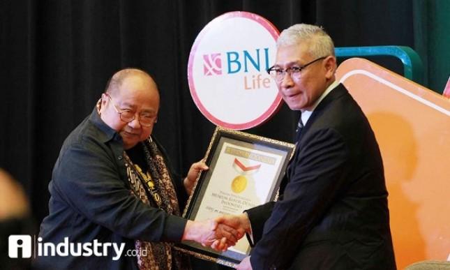 Plt Dirut PT BNI Life Insurance (BNI Life) Geger Maulana menerima penghargaan rekor MURI sebagai Perusahaan Asuransi Jiwa Pertama yang Mengelola Ruang Tunggu Rumah Sakit (Foto Rizki Meirino)