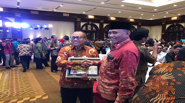 Direktur Utama BPJS Ketenagakerjaan, Agus Susanto menerima penghargaan dari Ketua KPK
