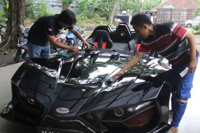 Mobil Listrik Supercar Lowo Ireng